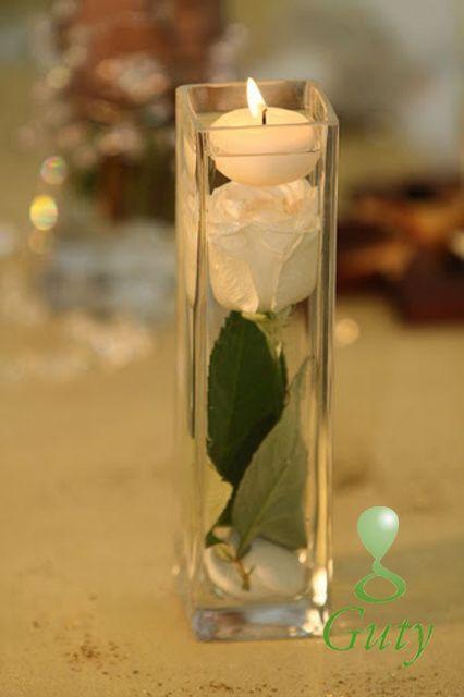 Sviečka vo váze s ružou