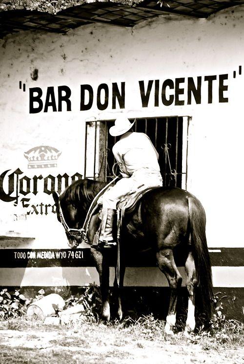 Yes - They still do have cowboys that ride up to bars on horseback in Mexico, durante una presentación en la que debía de descender de una cuerda atada a un helicóptero en movimiento.