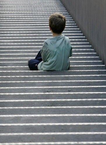 """Die schwere Persönlichkeitsstörung """"Borderline"""" zeigt sich selten auf den ersten Blick, und doch gibt es viele Symptome. Schon im jungen Alter führt sie zu Selbstverletzungen und Suizidversuchen. Gute Therapiemöglichkeiten gibt es schon."""