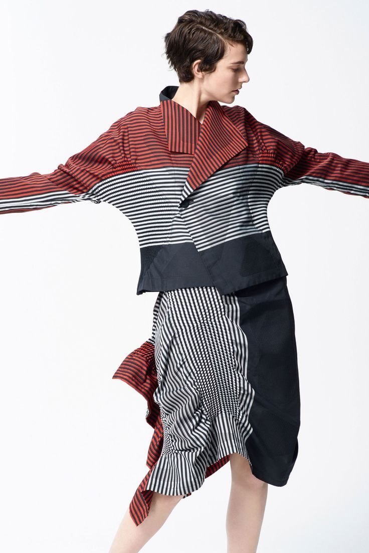 See the complete Issey Miyake Pre-Fall 2018 collection.