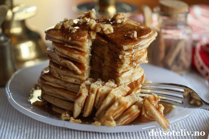 Tykke, myke, nystekte pannekaker med pepperkakekrydder, som serveres i en høy stabel med lønnesirup og valnøtter. Det er viktig med skikkelig god lønnesirup forsmakens skyld, og jeg bruker her denALLER BESTE:ekte, amerikansk maple syrup fra Stonewall Kitchen Incredibly good!