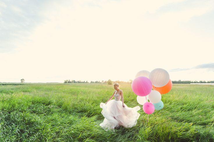Свадебное платье, пудровое платье, воздушные шары, невеста