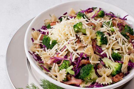 Κόκκινο λάχανο με μπρόκολο, φαρφάλες, μπέικον και κεφαλοτύρι Αμφιλοχίας - Συνταγές | γαστρονόμος