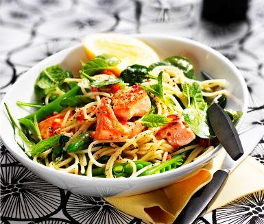 Ett snabblagat och lagom enkelt recept på pasta med lax och mynta. Du gör det av bland annat pasta, vitlök, spansk peppar, sockerärter, babyspenat, laxfilé, mynta och citron. Färgrikt och fräscht, med både fisk och grönt!