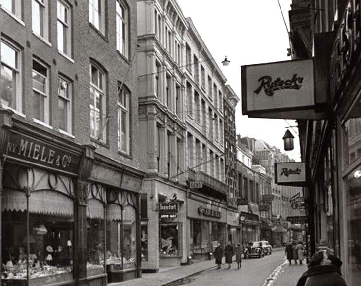 Ruteck's was ontstaan uit het samengaan van Rutten (van oorsprong Rotterdams) en Heck (Amsterdams), beiden zeg maar de fast food ketens uit de veertiger/vijftiger jaren. De meeste plaatsen waren staanplaatsen. Zodra men