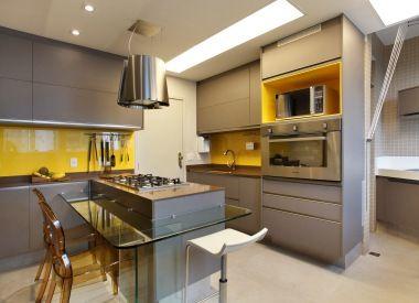 Mais uma cozinha combinando cinza c/ amarelo.