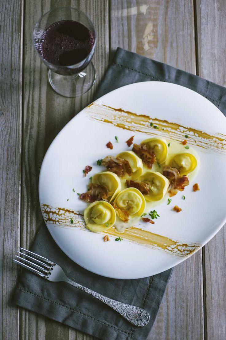 Amo fare la pasta fresca: i cappellacci ripieni di patate sono una delle mie ricette preferite, delicati all'assaggio e graziosi da vedere!