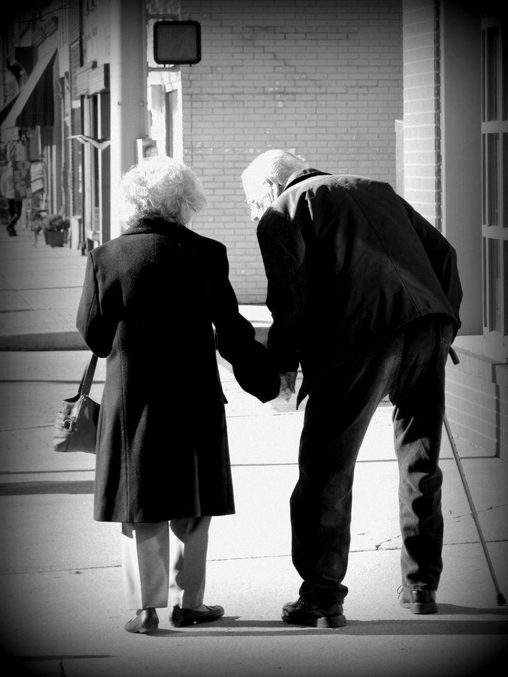 """Lorsqu'on demande a un couple comment ils ont fait pour rester ensemble 65 années, la femme réponds: """"Nous sommes nés à une époque ou lorsque quelque chose se casse on le répare, on ne le jette pas."""" ❤️"""