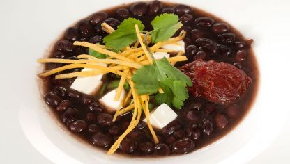 Bruno Oteiza prepara una sopa de frijoles negros, chile chipotle, judías verdes, queso fresco y tortillas de maíz fritas, un plato inspirado en la cocina mexicana.