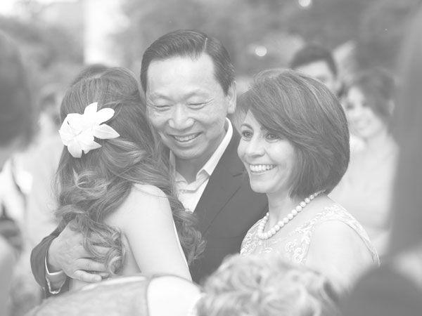 Como é especial produzir headpieces que acompanhas as #NoivasDoAtelier em momentos inesquecíveis. Ficamos muito contentes em ver as fotos do casamento, @kggchoi. Obrigada!💕    A Karina usou o pente Heloísa, disponível no site: www.mercedesalzueta.com    #MercedesAlzueta
