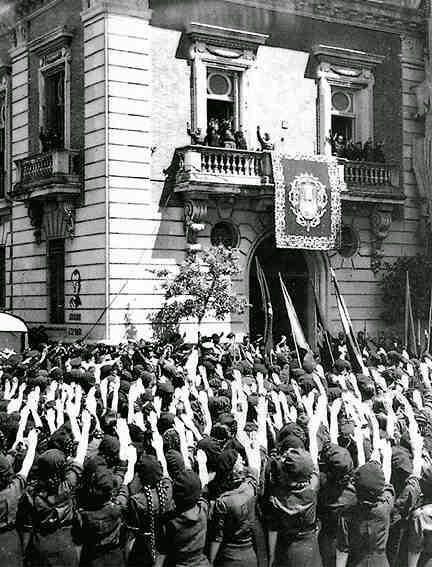 Francisco Franco en el palacio Yanduri (PuertaJerez) saluda a un nutrido grupo de mujeres de la organización fascista JONS (Juventudes Obreras Nacional Sindicalistas)