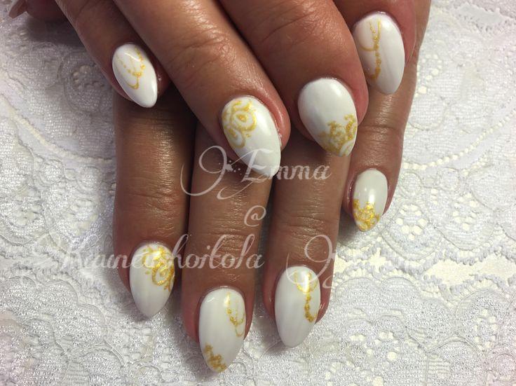 Valkoiset akryylit kultakoristeluilla