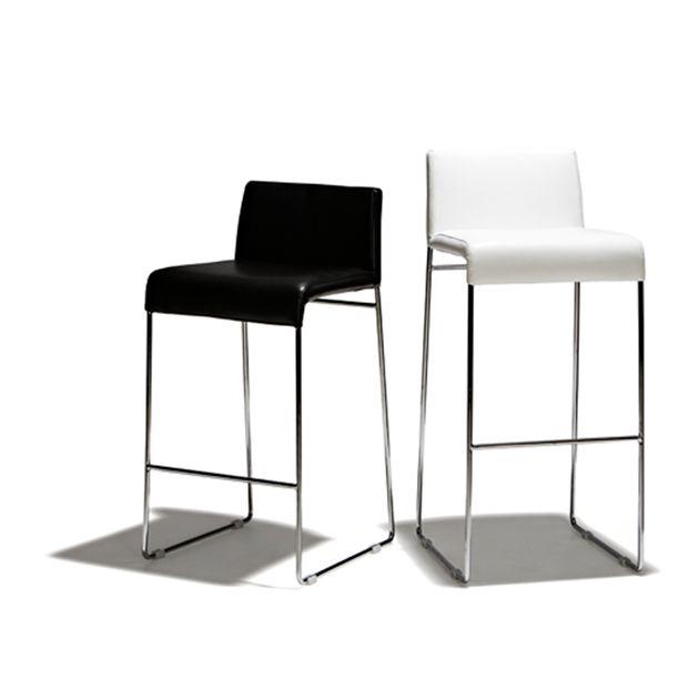 Detroit - Barstol i fast höjd med sits i mjukt skinn och underrede i blankpolerat stål. Denna stol finns i 2 höjder och 3 färger.