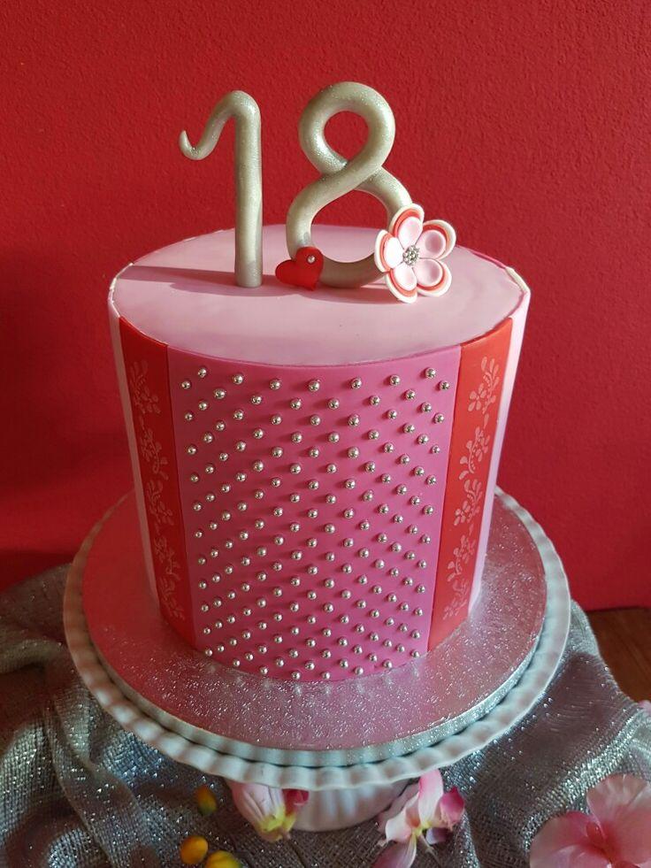 Chique meisjes taart, extra hoog Gemaakt door Zoet (Hetti Wolfs) Vanille en chocolade taart, gevuld met chocolade, abrikoos passievrucht, vanille botercreme, kersenjam, bekleed met fondant en suiker parels Icake!