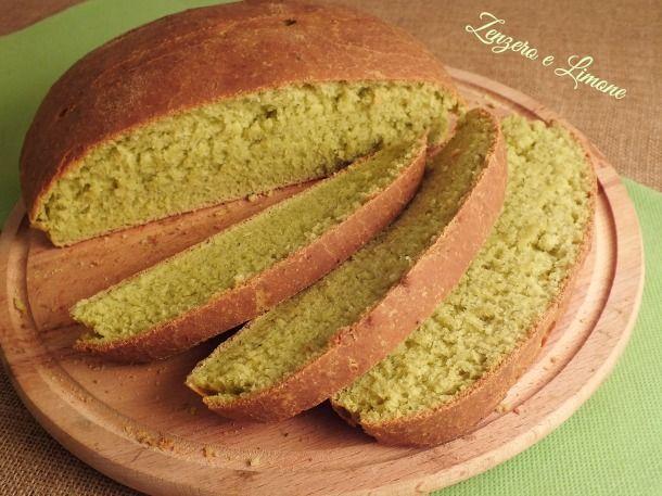 Questo pane al pesto è sicuramente un pane un po' diverso dai soliti sia per il colore che per il sapore. Morbidissimo e ricco di mollica.