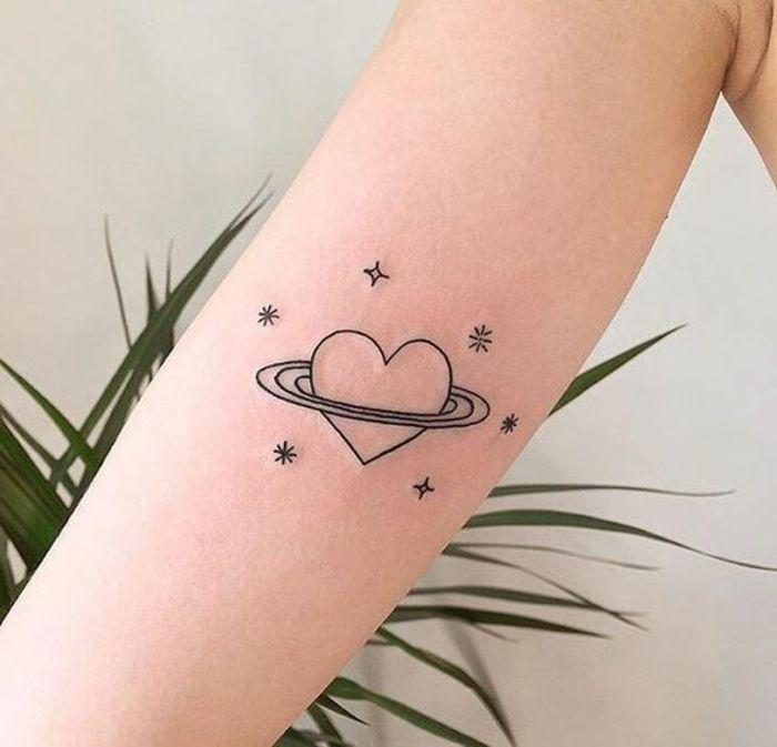 tatuaggi-femminili-maschili-uomo-stelle-pianeta-cuore-tatuaggi-astratti-hipster