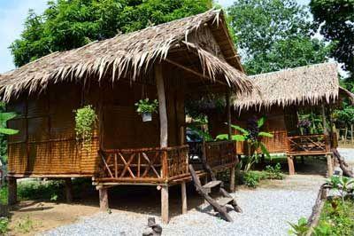 Tamarind Karen Village (hotel atypique) Propose des Packages 2j/1n: Erawan ou éléphant. Tamarind Karen Village se trouve à Tha Sao, à environ 60 km de Kanchanaburi Ville, le long de la rivière Kwaï Noi. Tamarind Karen Village est à 1,5 km de la gare de train de Nam Tok et à égale distance des chutes d'eau de Sai Yok Noi.