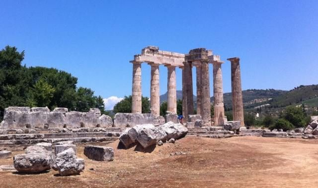 Αν και σε απόσταση 1,5 περίπου ώρας από την Αθήνα, με πανέμορφους αρχαιολογικούς χώρους και αμπελώνες σε ένα τοπίο ήρεμης μεσογειακής γοητείας, η Νεμέα παραμένει μια ακόμη terra incognita για τους περισσότερους ταξιδιώτες της Πελοποννήσου.