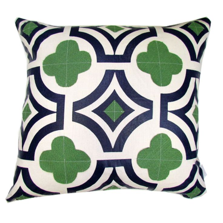 Lacefield Designs Kelly and Navy quatrefoil pillow D623