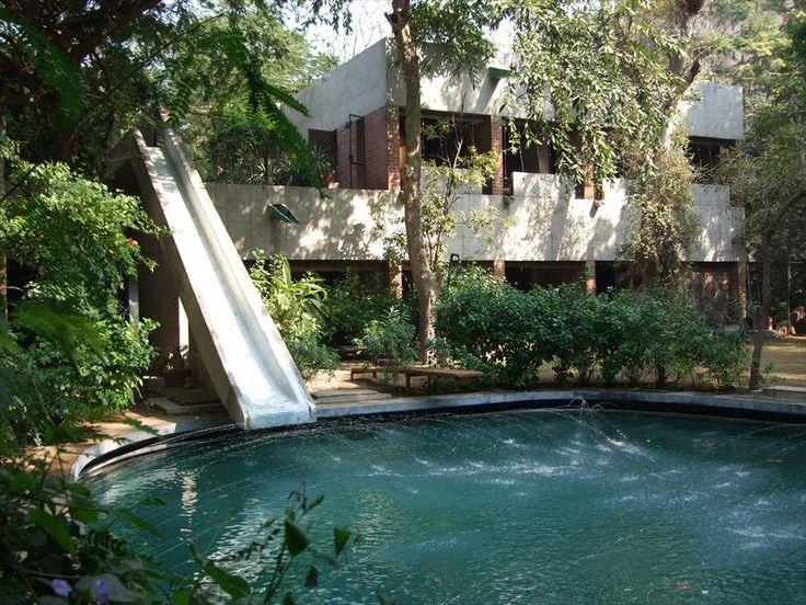 Fondation Le Corbusier - Buildings - Villa de Madame Manorama Sarabhai (le toboggan qui descend directement de la maison dans la piscine..un vieux rêve)