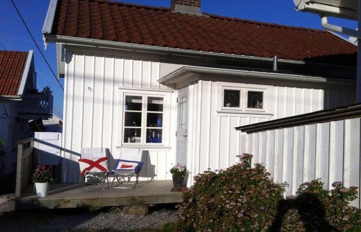 Mitt på Gullholmsön ligger den här moderna och mysiga fiskarstugan. Stugan är från slutet av 1800-talet men nyrenoverad med öppnad planlösning.  Kök med spis/ugn, kyl, diskmaskin och mikro samt en trevlig matplats där havet syns mellan husen. Vardags...