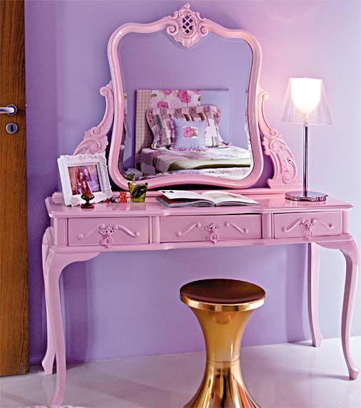 O lilás e o rosa predominam neste quarto feminino e romântico, inclusive no tom da penteadeira. O móvel trabalhado contrasta com a banqueta dourada Tam Tam (Benedixt), um clássico do design da década de 1970. Projeto de Neza Cesar.  modo slideshow