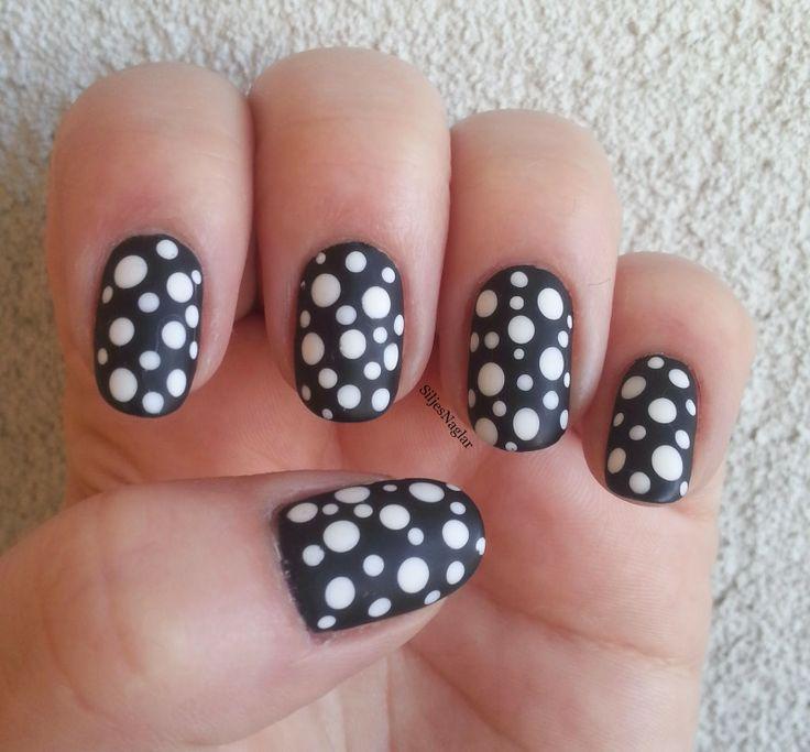 black and white nails with fun dotts. Snygga svarta naglar med vita prickar och matt top coat. Dessa är målade med OPI Lady In Black, prickar i OPI Alpine Snow och OPIs matta top coat.