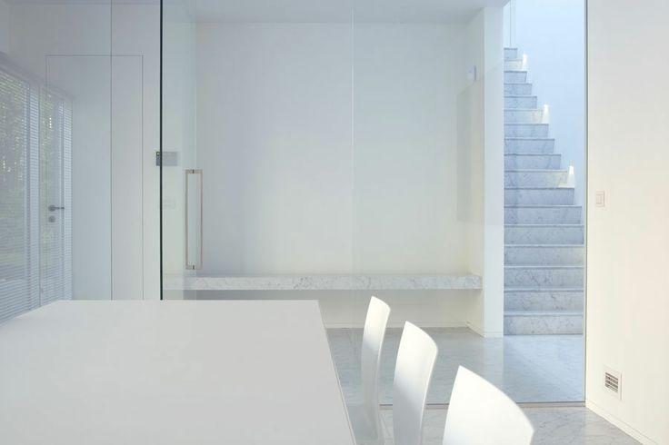 univers tout blanc , mur , table , chaises et escalier en marbre blanc