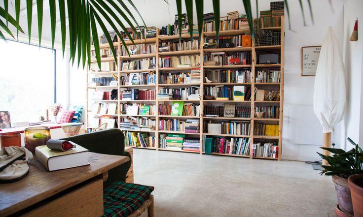 The Socialite Family | Chez Laia Aguilar. A la fois decoration et source d'inspiration # deco #decoration #interieur #livingroom #library #bibliotheque #livres #books #thesocialitefamily