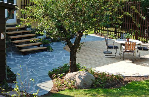 Trädgårdsdesign altan i skiffer och lärkträ