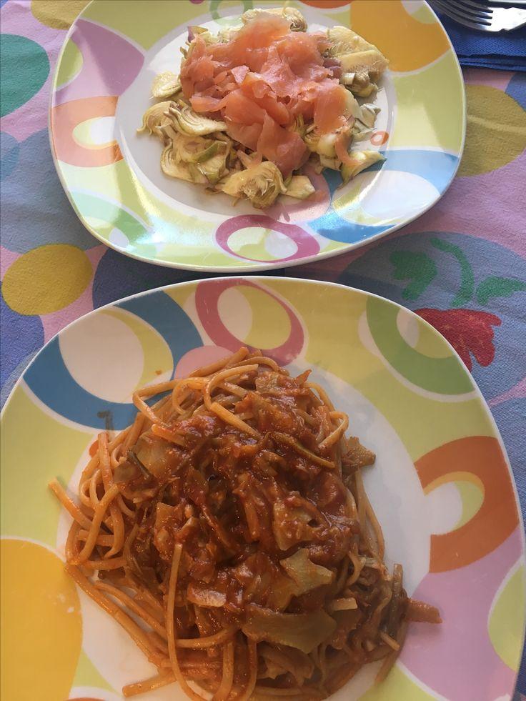 Linguine con carciofi saltati in padella e insalata di carciofi crudi con salmone