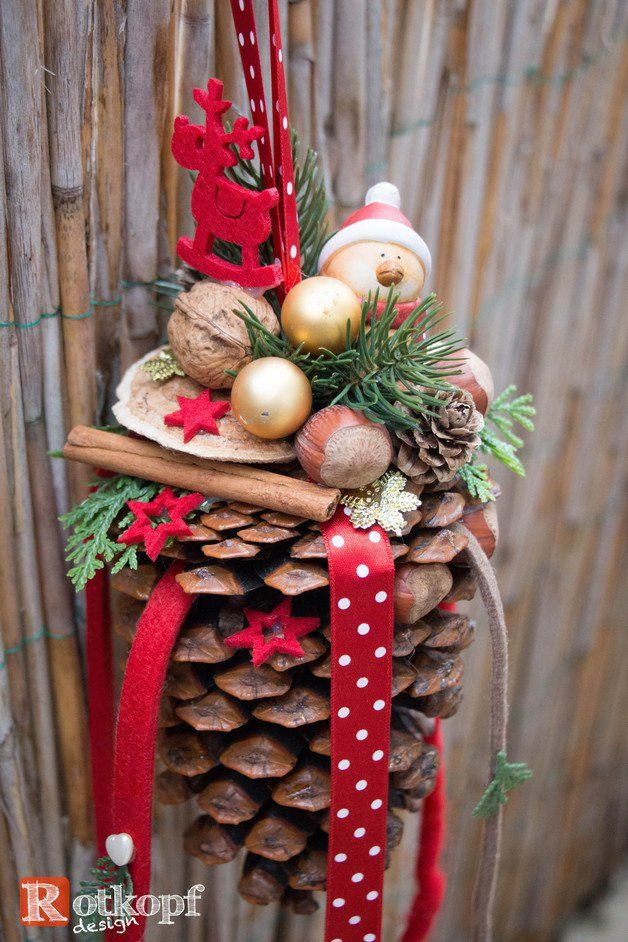 Großer Zapfen, dekoriert mit verschiedenen Bändern,kleinen Vogel mit Weihnachtsmütze, Nüssen,kl.Kugeln, Kunsttanne, Zimt, Filzsterne usw. Eine Süße Dekoration für´s Fenster oder an der...