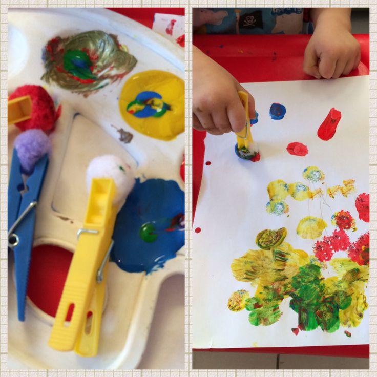 pincel pintando. ¡pintando con pompones! para cuándo no quieras que tu hijo se manche mucho las manos, o aquellos peques dominen el pincel, atrapa estas pincel pintando
