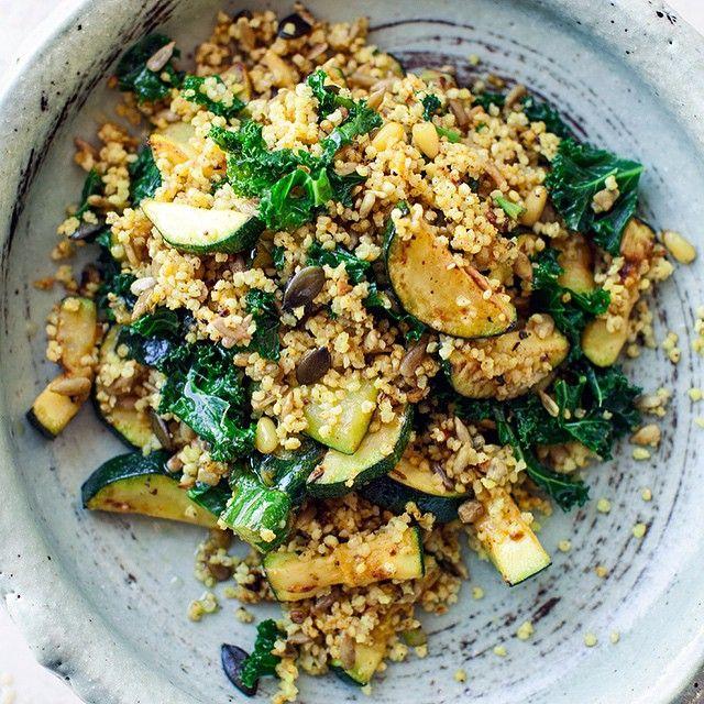 Pomysł na #lunch - kasza jaglana z grillowaną cukinią, jarmużem i pestkami dyni oraz słonecznika - kwestiasmaku