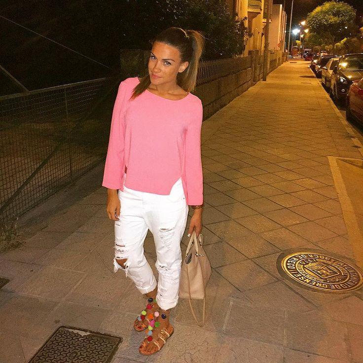 """612 Me gusta, 23 comentarios - Isabel Rodriguez Gomez (@miss_isabellita) en Instagram: """"sO piNk!!! 🦄🦄🦄 Mi #outfit de hoy con camisa rosa chicle con una espalda increíble regalada por mi…"""""""