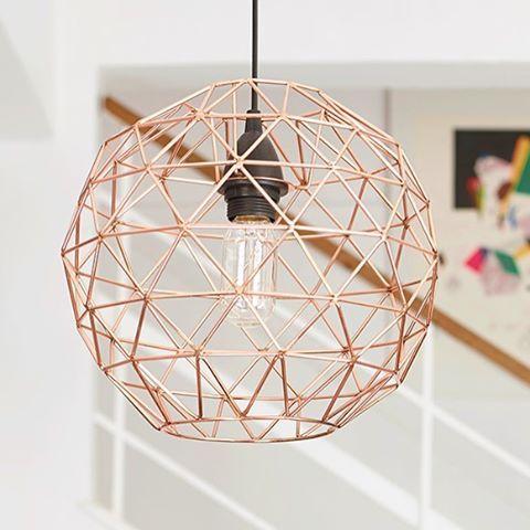 Nyhet på Habitat. Cage taklampa i koppar kan med fördel kombineras med andra lampor över ett matbord eller soffgrupp för att skapa en effektfull belysning. Finns i två storlekar liten 599kr och stor 949kr, ljuskälla säljes separat och det går självklart att köpa hos oss. Cage finns i samtliga butiker. Trevlig kväll! #habitatsverige #nyhetpåhabitat
