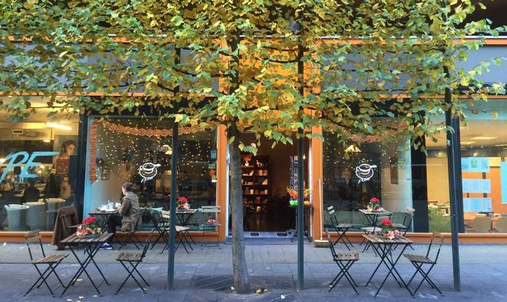 De Rotterdamse markt en de Laurenskerk hebben er een fijne koffiezaak bij. Gerund door twee waaghalzen, nieuw in de horeca. Wie niet waagt, wie niet wint.