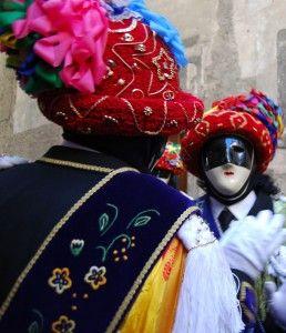 Carnevale Bagosso Brescia i Balari indossano cappelli con nastri rossi gioielli d'oro,giacche e pantaloni al ginocchio ricamati,calze e camicia bianca, cravatta scura, scialle di seta e tracolla di velluto. Lombardia