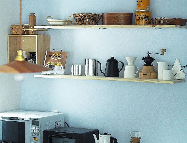 旦那氏に飾り棚を設置してもらったので、ごちゃごちゃしてたキッチンを片付け。 . . 飾ってある本はフィンランドで買ってきたレシピ本。中身はフィンランド語でなんて書いてあるかわからないけど、マリメッコやイッタラのマグカップが使われてて、見ているだけで楽しい(*´◡`*) #suomi #coffeestagram #DIY #storage #home #kitchen #渡邊浩幸 #InteriorDesign #北欧インテリア
