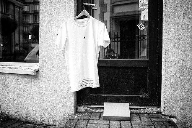 Kolejne mistrzowskie zdjęcie jednego z naszych flagowych produktów, czyli koszulki CLEANT #air, oczywiście z kawałkiem szmaty wszytym u dołu.  Modela nie ma, koszulka se wisi, ale to zdjęcie i pozostałe robił: takiezrana.tumblr.com