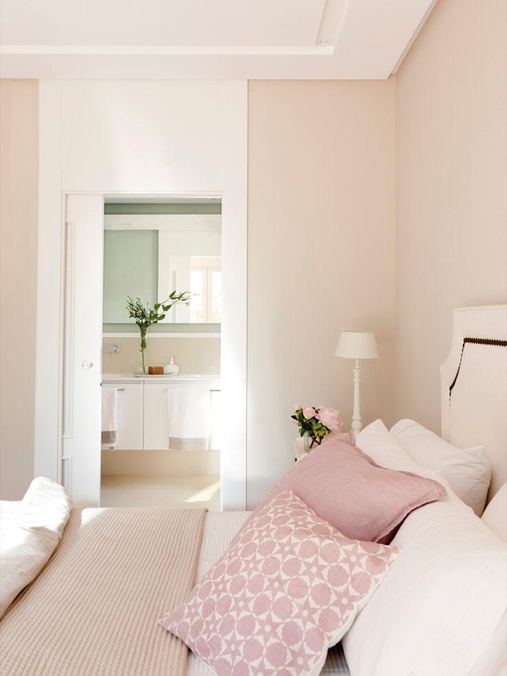 IMG 9836. Dormitorio con baño ensuite en tonos rosa, con cojines, plaid y cabecero