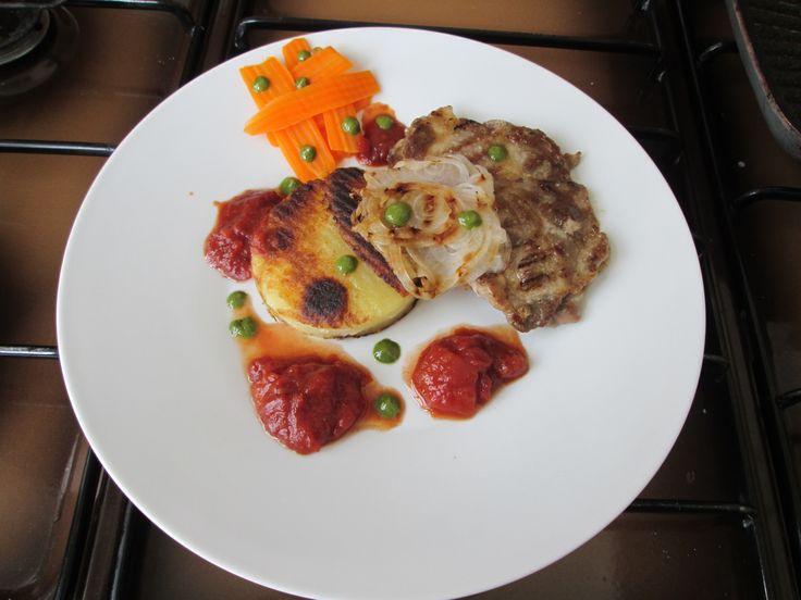 Maiale  vino rosso e pomodoro  patate rosty e cipolle Gino D'Aquino