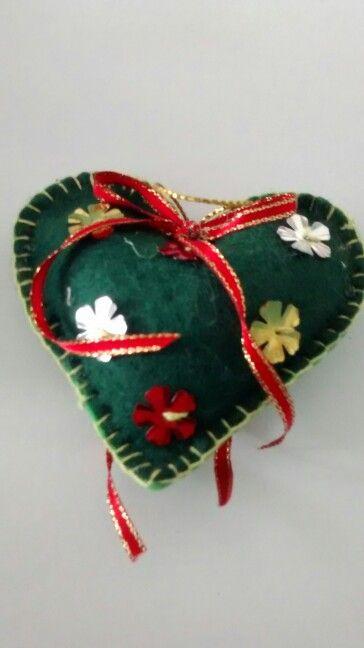 Corazón navideño en fieltro.