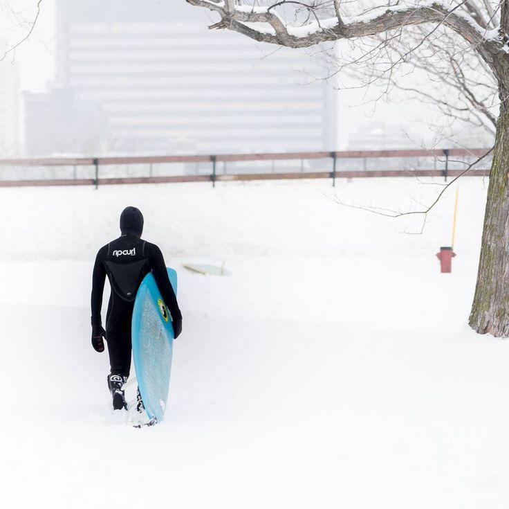 @jeremylechatelier sur Instagram : @chloemoc repping winter #eatplaylive #livemontreal #mtlmoments #mtlblog #ananussurfboards #surfporn #surf #riverbreak #habitat67 #montreal #mtl