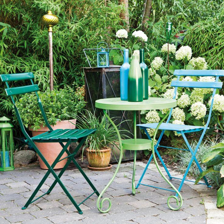 Des meubles de jardin relookés par les sprays de couleurs edding.
