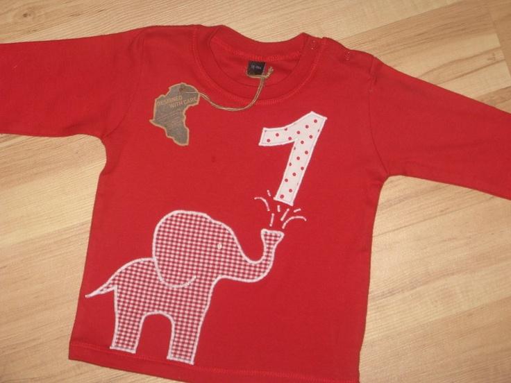 Zuckersüsses Geburtstags-Shirt. Auf das kuschelig weiche Baumwollshirt ist aus Baumwollstoff ein süsser Baby-Elefant aufgenäht, der TÖRÖÖÖÖÖ... die...