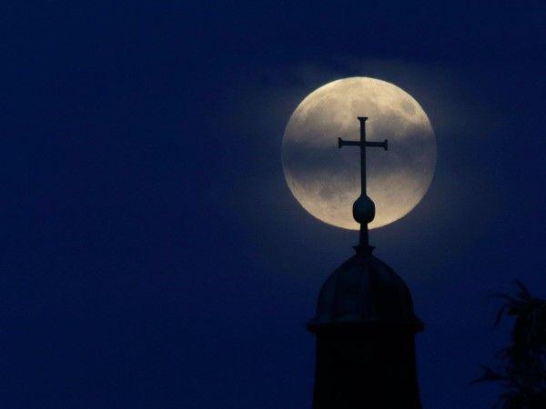 La superluna por el mundo (© AP Photo/Matthias Schrader)