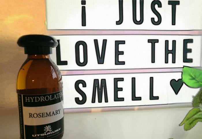 Rozemarijn hydrolaat. Niet alleen in de keuken is rozemarijn een geliefd kruid, ook in huidverzorging- en haarverzorgingsproducten is rozemarijn erg waardevol. Blogger Joyce gebruikte het rozemarijn hydrolaat. Je leest hier hoe ze het ervaren heeft: http://www.mamsatwork.nl/rozemarijn-hydrolaat-utsukusy/