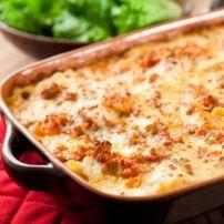 Ratatouille van gebakken ui, paprika, knoflook, aubergine, courgette, aardappelblokjes, stukjes varkenslapjes en kruidenkaas. Afgewerkt in een ovenschotel,...