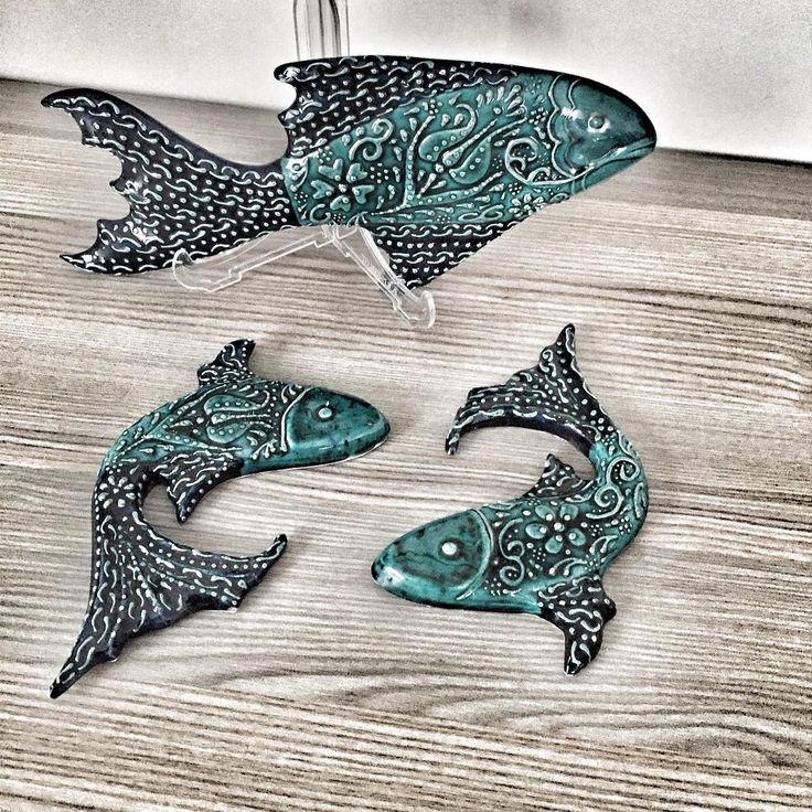 Birde duvar süsü balıklarımızı görün��Ençok satılan ürünlerimizden,büyük balığımız 30cm 50 TL,küçük balıklarımız 15 cm 30 TL #kutahyacinisi #cini #çini #balık #vazo #elyapımı #handmade #dekorasyon #dekor #ev #evdekorasyonu #art #sunum #sunumönemlidir #marin #deniz #mavi #turkuaz #tile #mumluk #insta #tile #çini #desen #follow #duvar #duvarsusu http://turkrazzi.com/ipost/1520550138139918746/?code=BUaFEtfAEGa